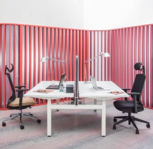 Biurka z regulowanym blatem – rozwiązanie do biur i home office