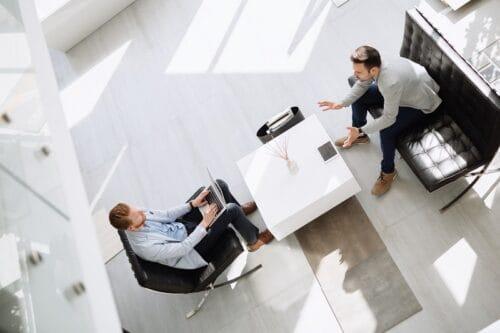 Jak zachować dystans w biurze? Nowe standardy meblowania w czasie COVID-19.